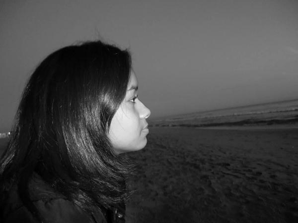 garota olhando mar