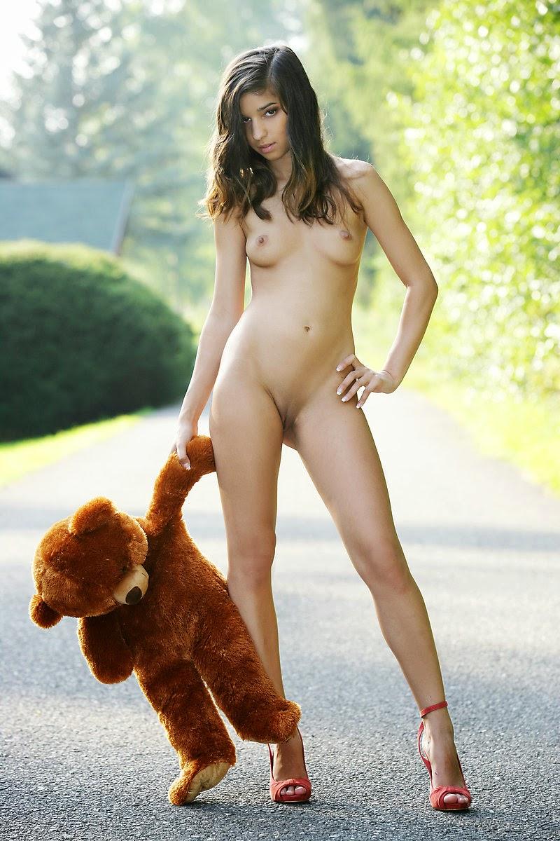 jeune fille  nue filles sexy dans la rue