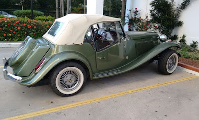 A linda combinação da capota bege com a carroceria em verde metálico.