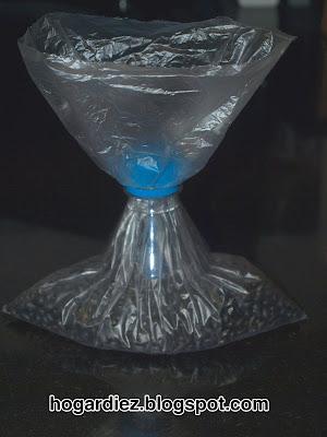 Cómo cerrar bolsas con una botella de plástico