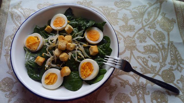 Ensalada De Espinacas, Huevo, Brotes Y Pan: En Invierno También Se Come Ensalada