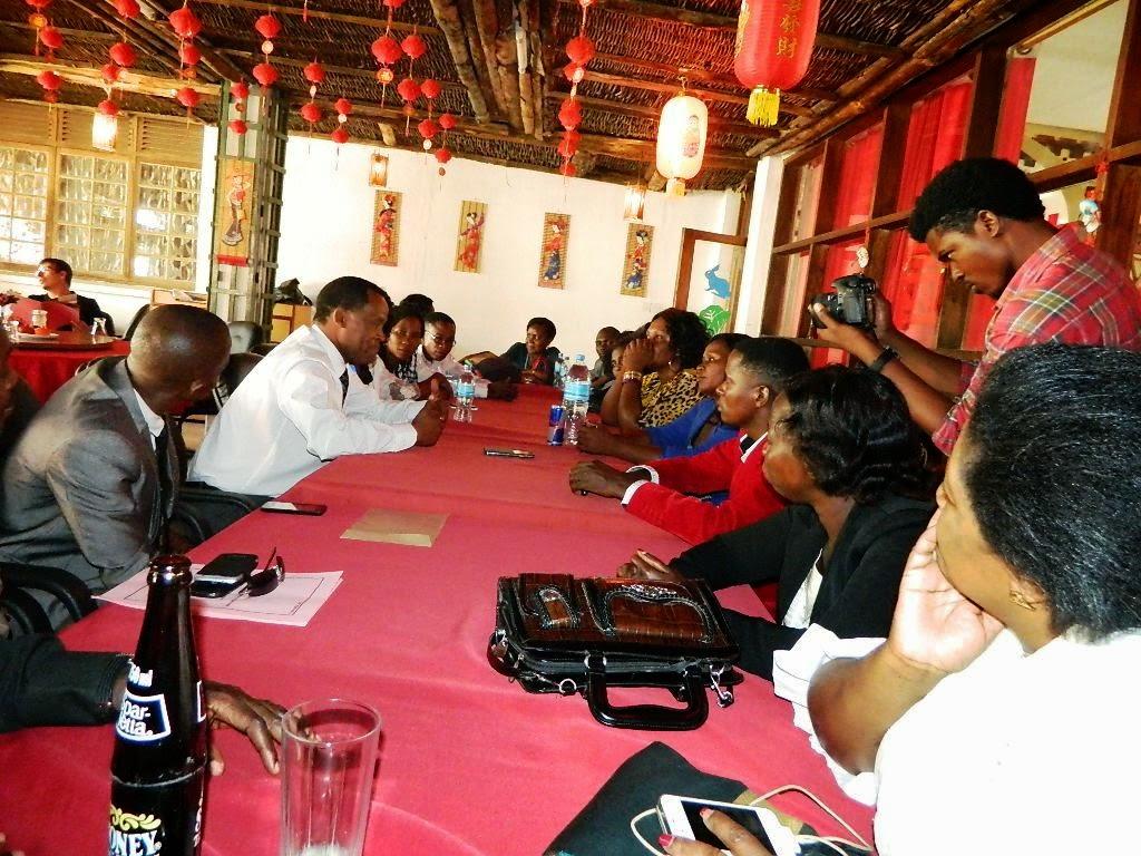 MH. LAZARO NYARANDO AKIONGEA NA WAIMBAJI WA GOSPEL TANZANIA