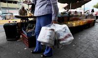 """El gobierno culpa a los medios de comunicación. """"No hay una deficiencia en la producción, sino una demanda excesiva generada por compras nerviosas debido a una campaña mediática que se ha creado para socavar el país,"""" dijo el ministro de Comercio venezolano Alejandro Fleming en RNV Noticias estatal. Fleming dijo que la importación de 50 millones de rollos ayudará al país a cumplir con su consumo mensual promedio de 125 millones de rollos."""