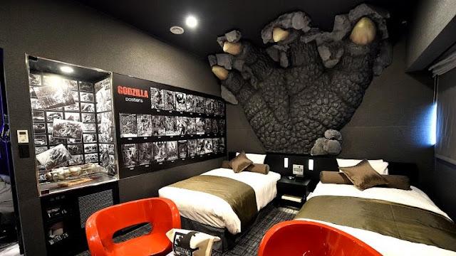 estatua de Godzilla en hotel de Shinjuku