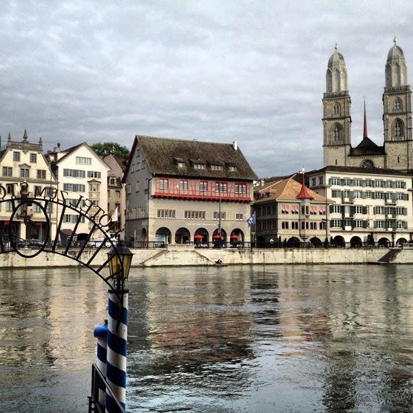 Zürich Limmat See Schweiz Grossmünster