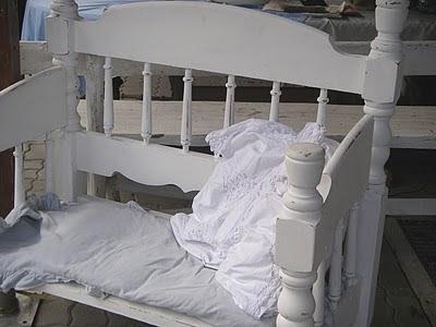 flohmarkt impressionen aus altem bett wird sitzbank. Black Bedroom Furniture Sets. Home Design Ideas