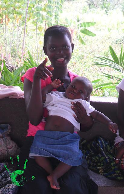 Una delle giovani mamme in Africa