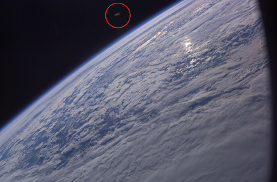 Δισκοειδές αντικείμενο πάνω από τη Γη σε φωτογραφία της NASA