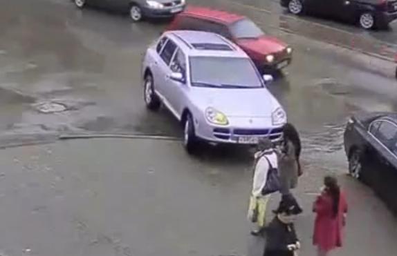 Video - Pemandu Wanita Ini Melenyek Dua Orang Pejalan Kaki