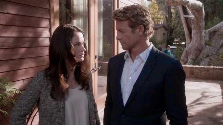 Teresa Lisbon și Patrick Jane discută în fața exclusivistului club Forager