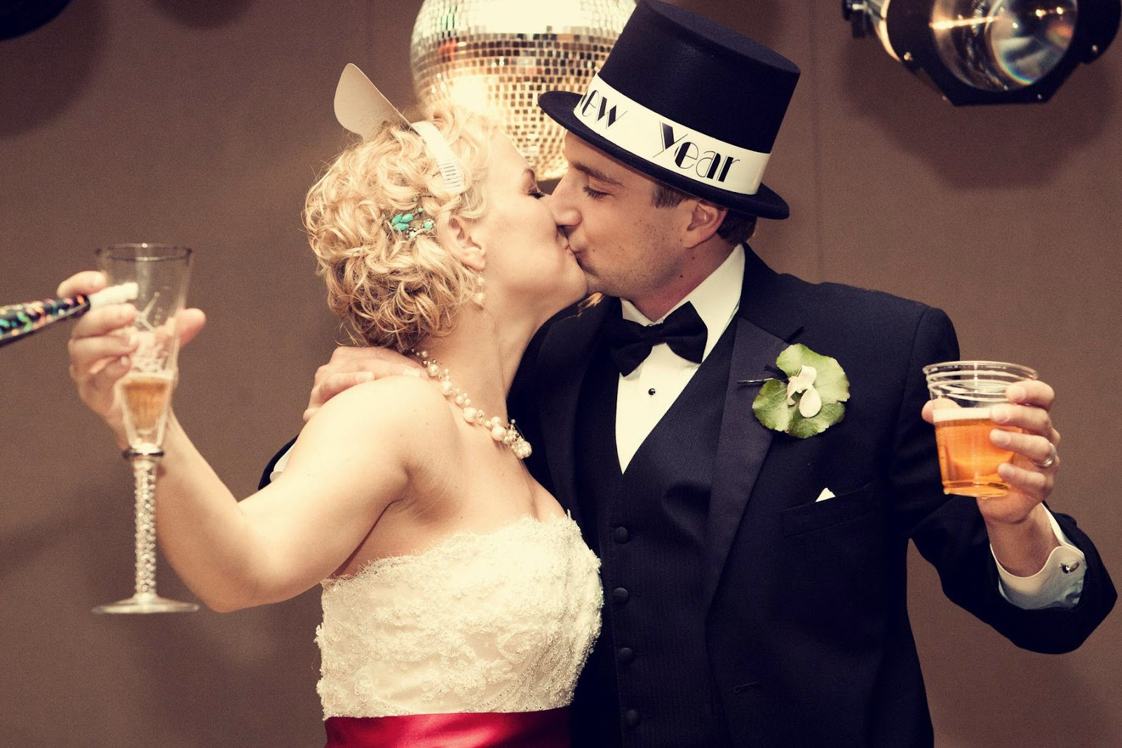Couple kissing happy new year hd free image