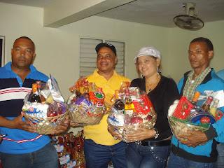 Noel Luna reparte cientos de canastas navideñas a chóferes y cobradores de Unachosín Ruta B