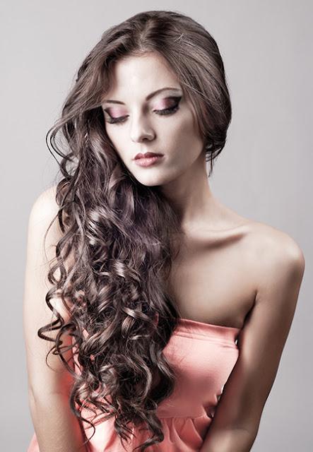 Tuyệt chiêu chăm sóc mái tóc xoăn đẹp tự nhiên