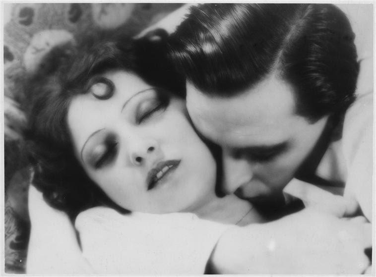 Fotograma de Erotikon, 1928 con Ita Rina abrazada