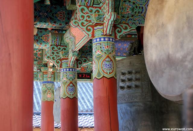 Reloj digital en pabellón del templo Haeinsa