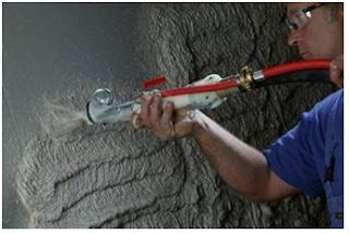 Нанесение на стену цементно-песчаной штукатурки