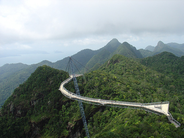 Langkawi Sky Bridge Ponte curvada sobre floresta tropical