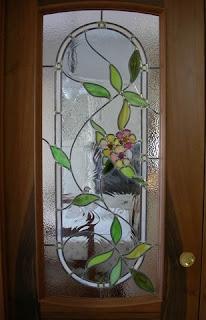 """Pittura su vetro tecnica che si basa sull' utilizzo di smalti """"a freddo"""" per decorare vetrate, specchiere, specchi, vasi, piatti, bicchieri, ecc."""