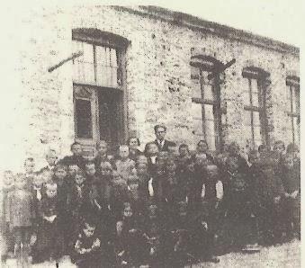 Ο Δάσκαλος με τους μαθητές του στο Δημοτικό Σχολείο Κρανιάς τη δεκαετία του '30