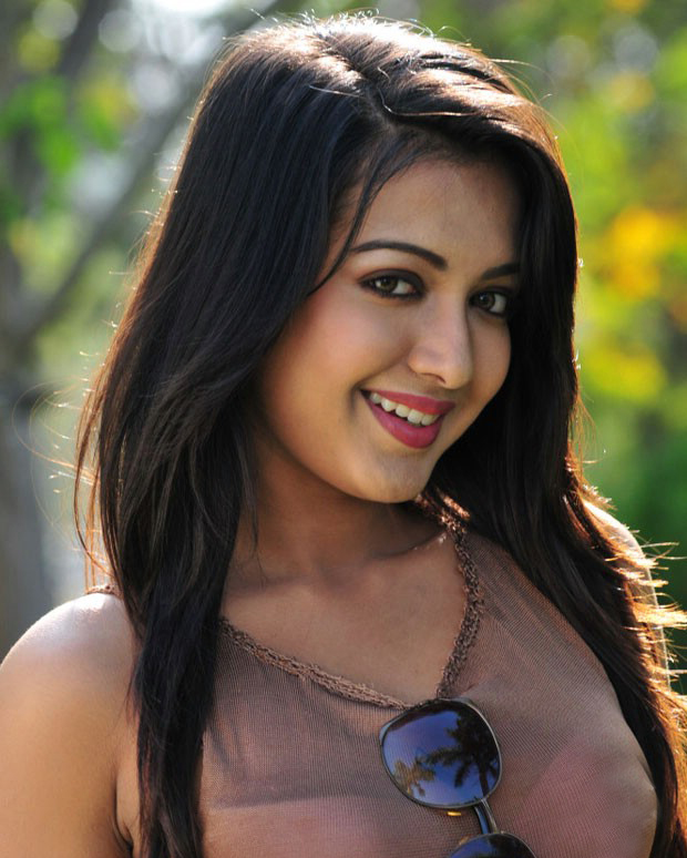 gorgeous hot sexy Iddarammayilatho actress katherine latest photos