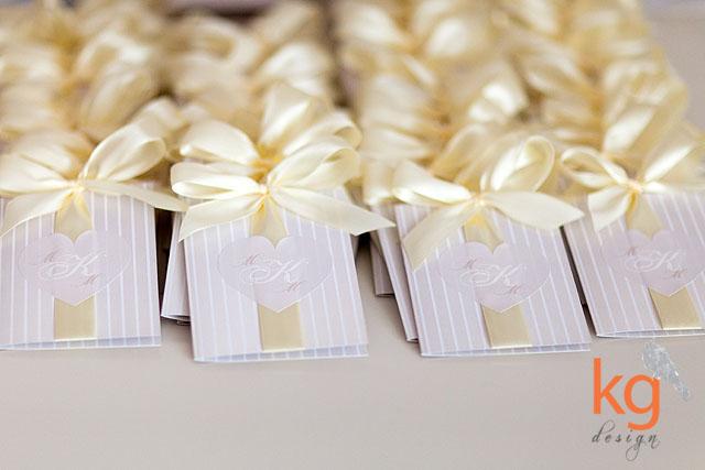 oryginalne i nietypowe zaproszenia na ślub i wesele, cywilny, delikatne, minimalistyczne, klasyczne, kolory: brudny róż, ecri, beżowy, kremowy, morelowy, pastelowe kolory. Proste i delikatne zaproszenie na ślub. Zaproszenie w paski z naklejką w kształcie serca, monogram Narzeczonych. Projekt zaproszeń na ślub, artystyczne, dizajnerskie, zaproszenie wiązane wstążką, kg design,