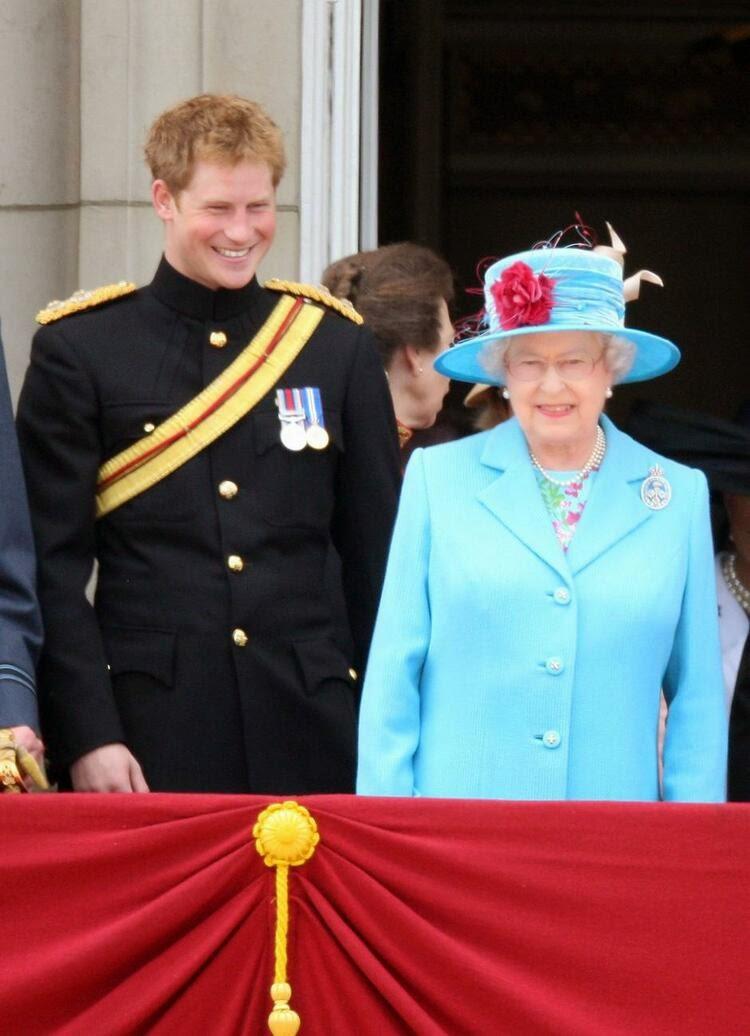принц Гарри рядом с королевой Елизаветой II на балконе Букингемского