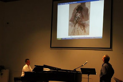 "Foto: Antonio M. Herrera recitant ""Foto: ""Llauradora"" de Pinazo i al piano ""Clar de lluna"" de Beethoven"