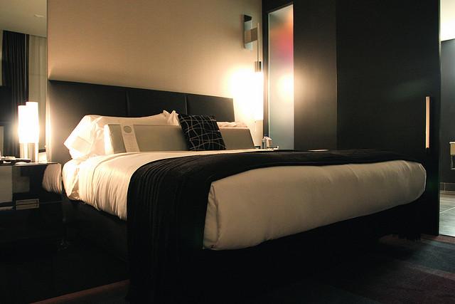 Черно-белый декор для спален, Актуальное оформление комнат в черно-белой