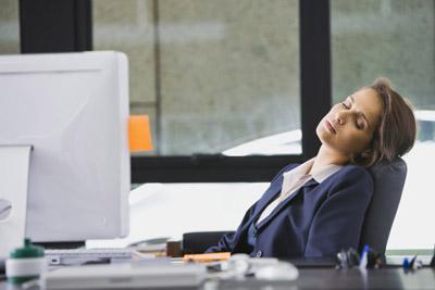خمسة أسباب تجعلك متعبة ومرهقة طوال الوقت  - امرأة نائمة فى المكتب العمل