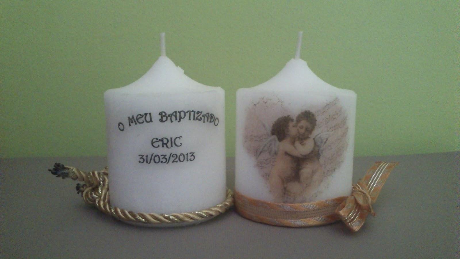 decorar unas velas para entregarlas como regalo durante el bautizo de