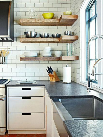 Dedicar toda una pared a estanterías o baldas abiertas para colocar