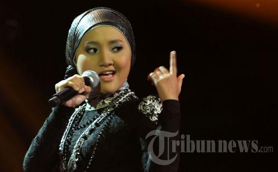"Fatin Shidqia Lubis, lors d'une émission de ""X Factor"" (Tribunnews)"
