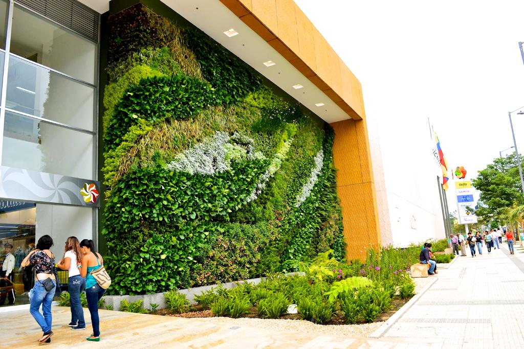 Paisajismo urbano jardin vertical del centro comercial de for Muros verdes arquitectura
