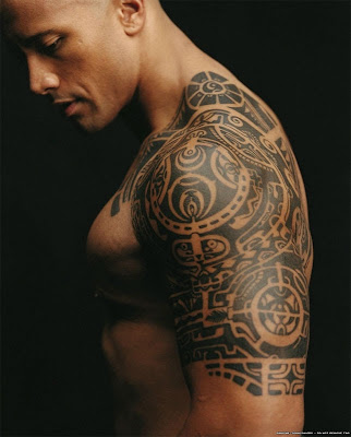 Dwayne Johnson (The Rock) Mostra tatuagem do braço