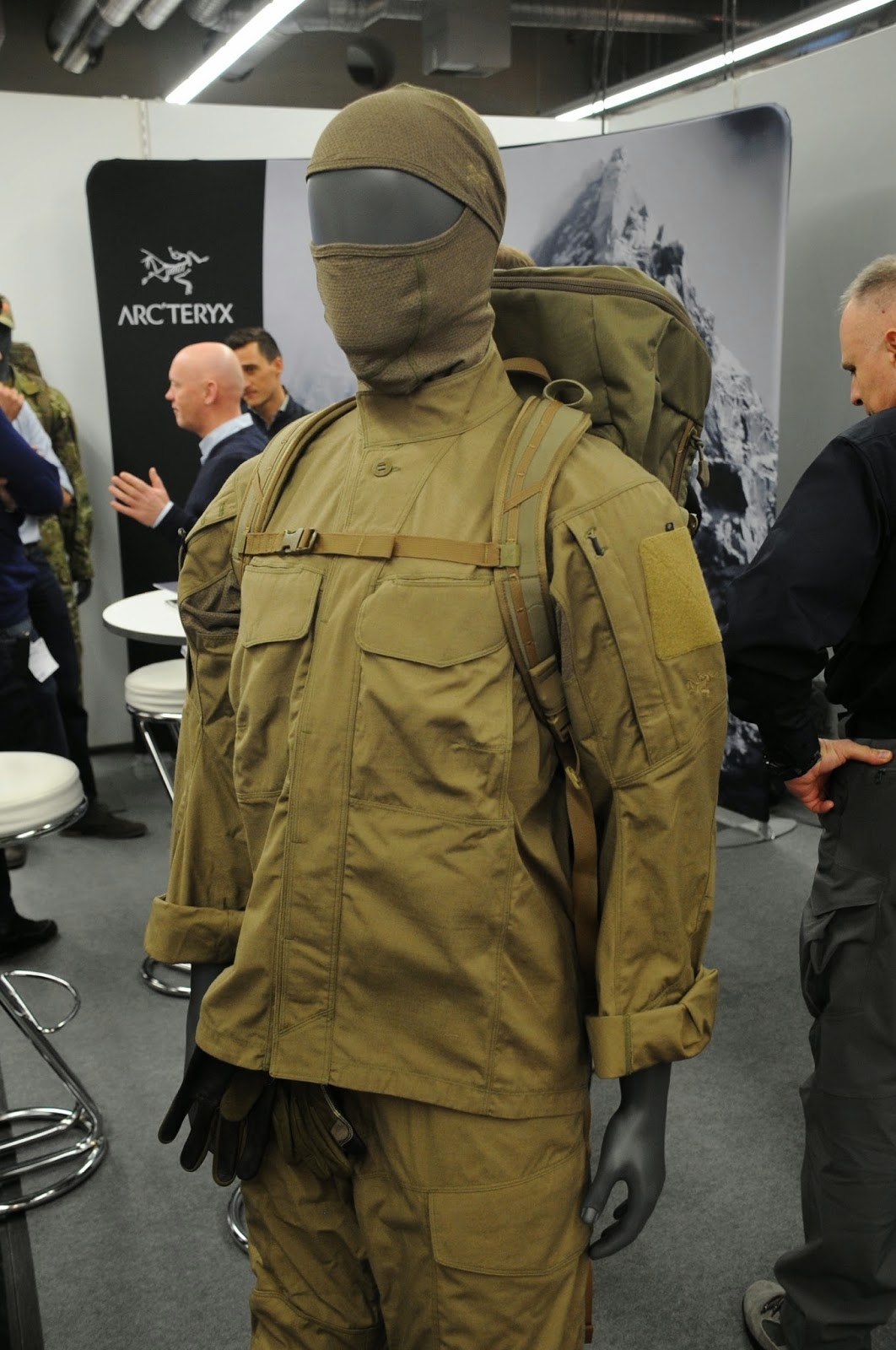 The recce shirt has buttons under cover the buttons were a requirement of some sof units that helped develop the uniform as colours are available ranger
