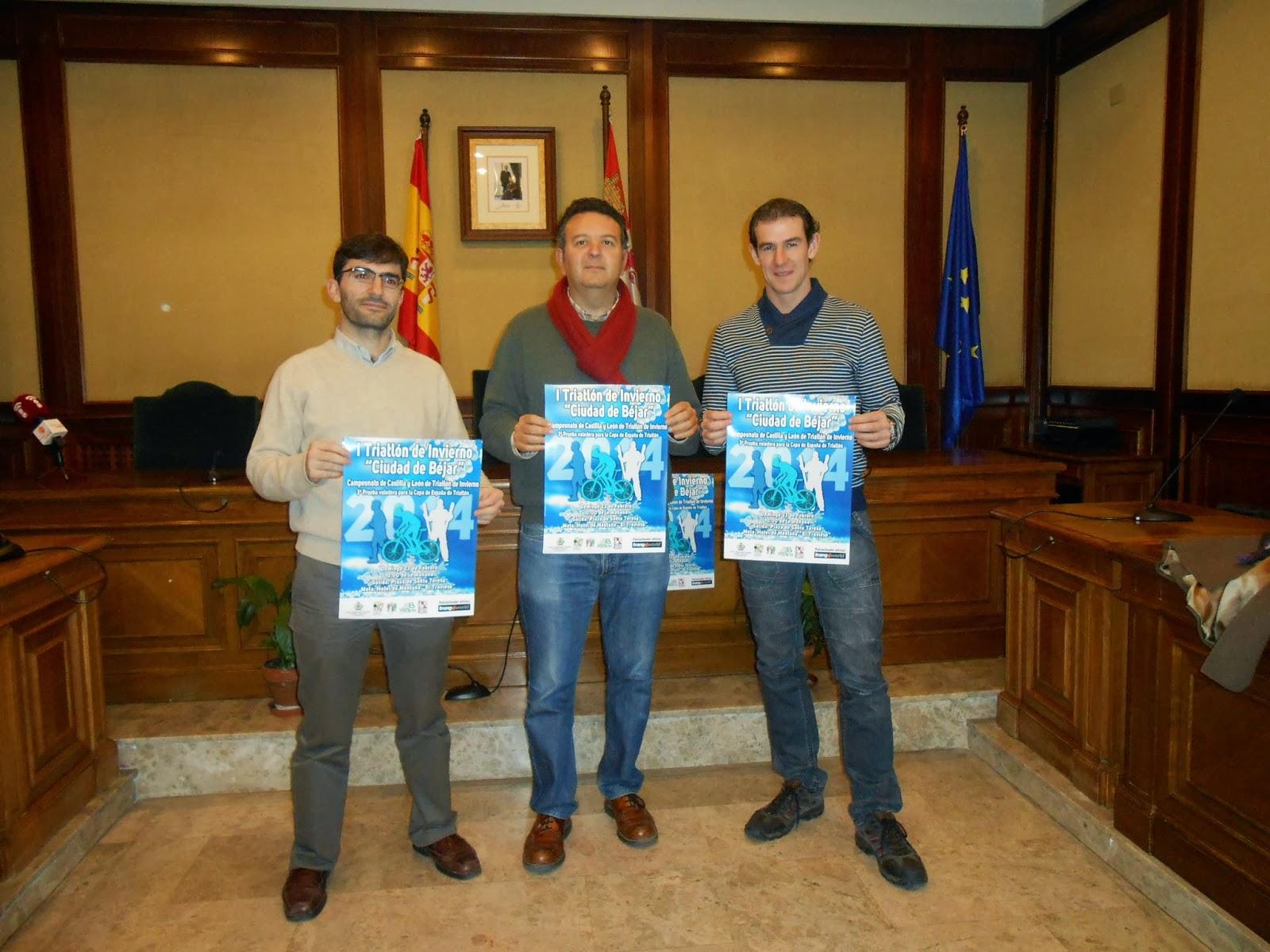 Miembros de la organizacion junto al concejal de deportes sostene el cartel anunciador de la actividad