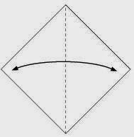 Bước 1: Gấp đôi tờ giấy theo chiều từ trái sang phải để tạo nếp gấp sau đó lại mở ra.