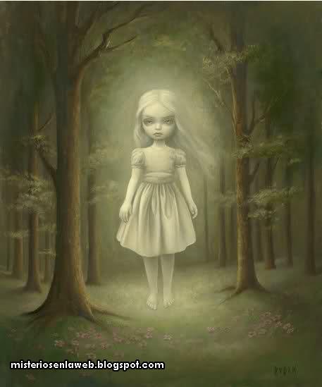 Fantasma de nina con vestido blanco