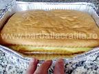 Prajitura cu vanilie preparare reteta - acoperim crema cu cealalta parte a blatului