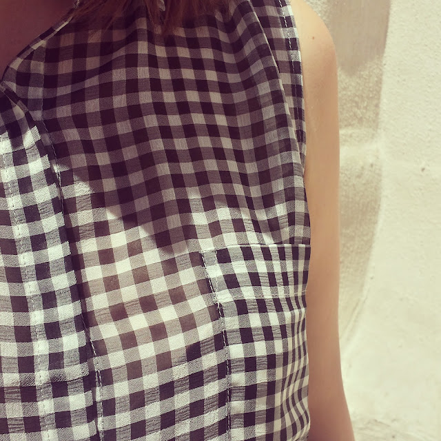 Un must de este verano es el cuadrito vichy, en esta ocasión en forma de camisa de Mango combinada con una falda midi de Stradivarius y converse blancas.