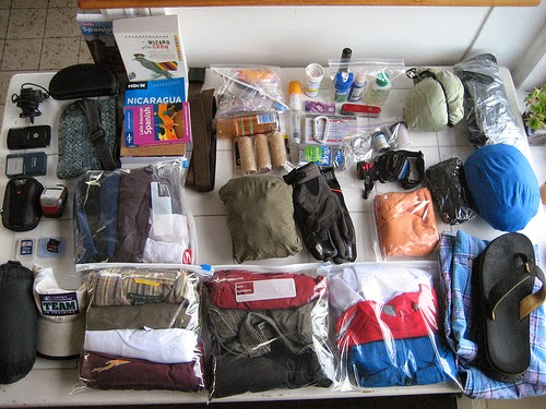 pakowanie ubrań, pogniecione rzeczy, spakować torbę, wakacje, urlop, ubrania, prasowanie