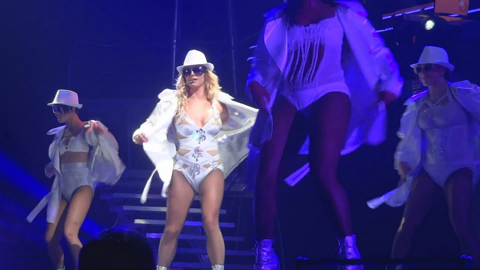 http://1.bp.blogspot.com/-iZw1_70EeYM/TpsBaNnvO0I/AAAAAAAABU4/8FRuwsaq6z0/s1600/Britney%2BSpears%2B-%2B3%2B%2528Live%2B%2540%2BFemme%2BFatale%2BTour%2Bin%2BBudapest%2B2011-09-30%25292.jpg