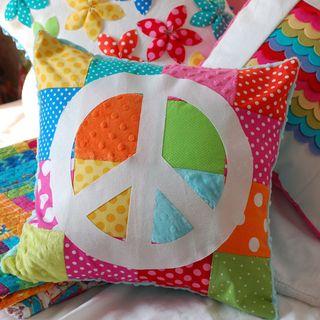 Almohadones decorados con flores y mariposas de tela - Como hacer almohadones ...