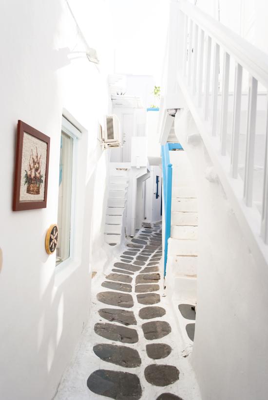 Mykonos town alley | My Paradissi © Eleni Psyllaki