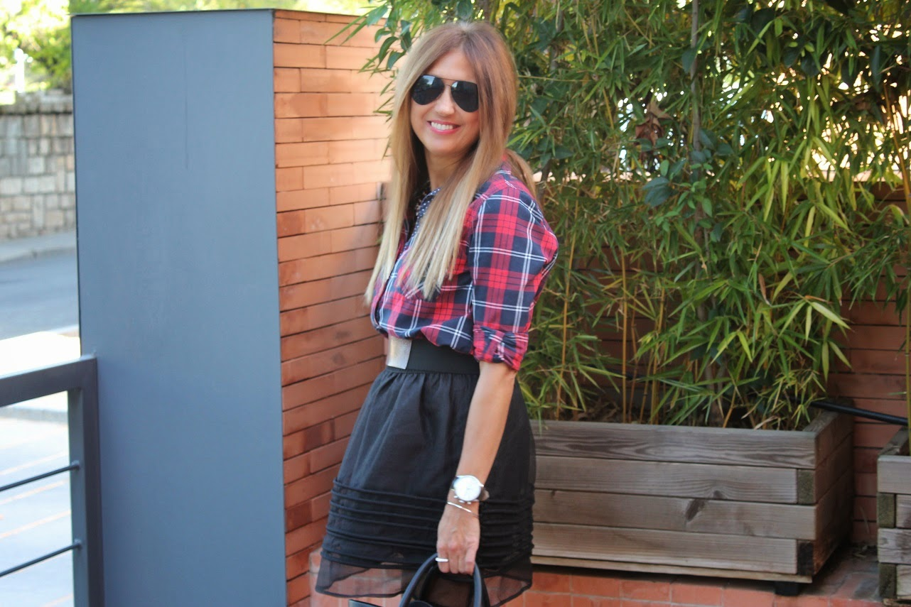 Look street con falda de vuelo, camisa tartan y botas Martens, style, fashion, leather, bag, Isadora, Carmen Hummer, Cool, necklace, De mi rollo, Blog de Moda, Blogger