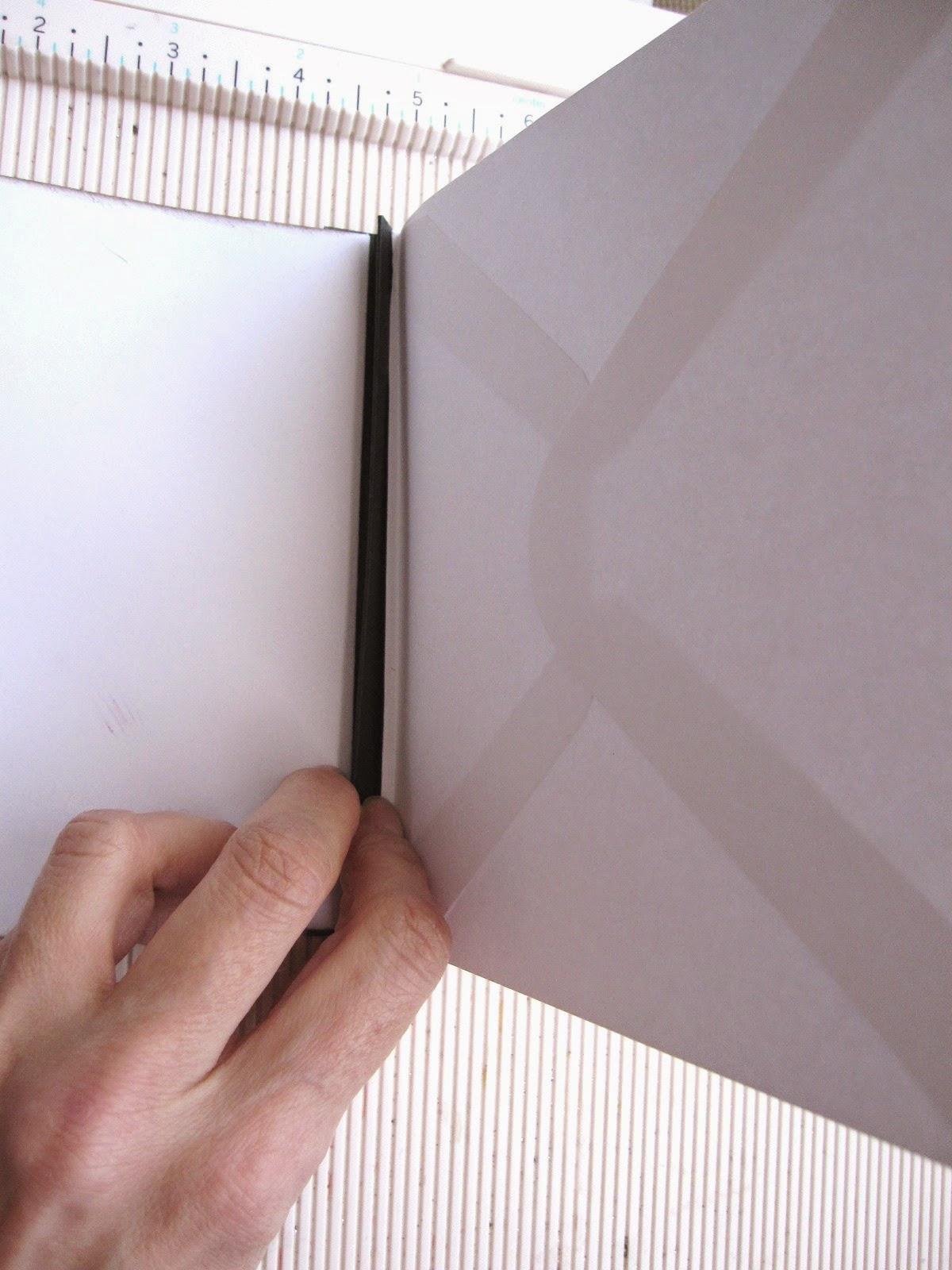 """paso 8 tutorial mini-álbum scrapbook, demostración de cómo se pega el sobre al lomo por el pliegue de 1/8"""" que le hemos hecho"""