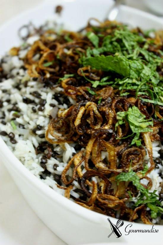 Mjadra (arroz com lentilha e cebola frita)