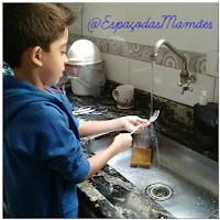 Criança ajudando nos afazeres domésticos