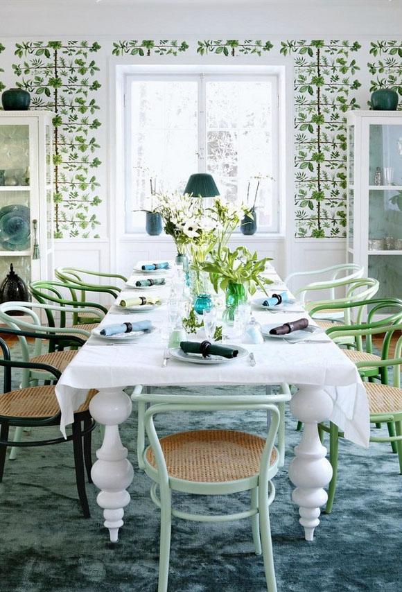 comedor con sillas tipo thonet colores papel pintado ramas y hojas