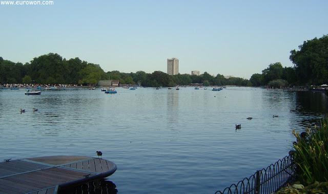 Gran lago en medio del parque Hyde Park